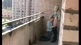 Laska dławi się kutasem na balkonie