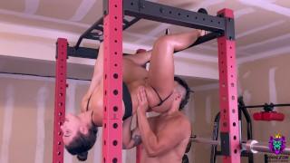 Analny seks w siłowni z krągłą babeczką