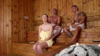 Wyruchali naturalnie cycatą laseczkę w saunie