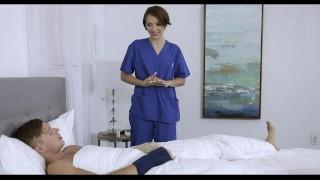 Seksowna pielęgniarka trzepie kutasa