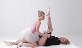 Fajne baletnice ocierają się szparkami