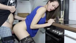 Seks w kuchni z długowłosą Niemką