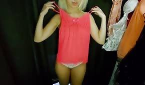 Blond ślicznotka wyskakuje z ciuszków