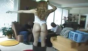 Napalona żona z seksowną dupą chce spróbować czegoś nowego