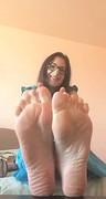 Gorąca seks amatorka pokazała swoje stopy