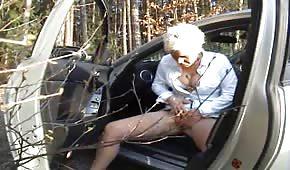 Białowłosa mamusia lubi publiczna masturbację