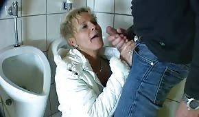 Zabawa z mamusią w toalecie