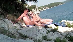 Dojrzała panna dogadza facetowi na wakacjach