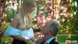 Dziadziuś ma chrapkę na śliczną blondynkę