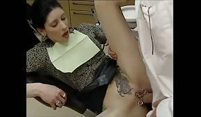 Dentrysta rucha pacjentkę