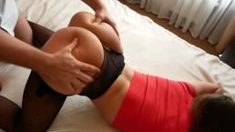 Chwyta śliczną laskę za dupcię podczas seksu