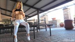 Publiczny pokaz seksownej blondi