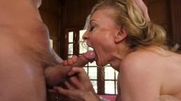 Doświadczona blondi z pałą w ustach