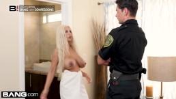 Policjant posuwa cycatą blondynkę