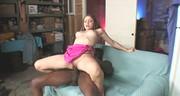 Czekoladowy penis penetruje pipkę napalonej brunetki