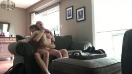 Poddusza i rżnie blond suczkę na kanapie