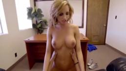 Zgrabna i opalona blondyneczka