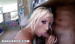 Czekoladowy kutas w ustach blond laseczki