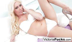 Super blondyneczka w białej bieliźnie