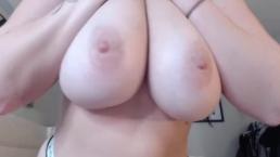 Laska ugniata swe wielkie piersi