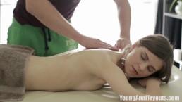 Masaż i analny seks z młodą laską