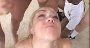 Faceci spuszczają się na blond laseczkę