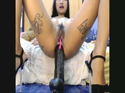 Orientalna laska siada dupskiem na długie dildo