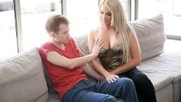 Pierwszy lepszy posuwa gorącą blondynę w dupsko