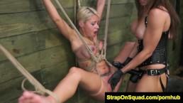 Blondyna została zawiącana przez niegrzeczną koleżankę
