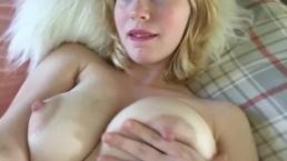 Słodka blondi pieści się po naturalnych piersiach