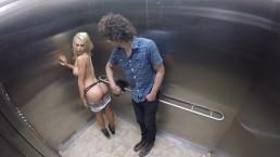 Laska pokazuje cyce w windzie