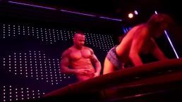 Seks na scenie z boską brunetką