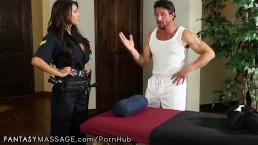 Facet zapina seksowną policjantkę