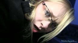 Publiczny seks z okularnicą