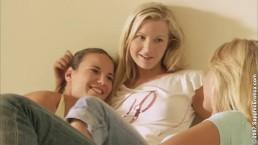 Igraszki trzech nagich lesbijek