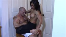 Spory koleś lubi jej sterczące piersi