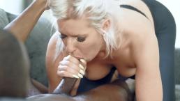 Krągła blondynka z czarną pałą w ustach
