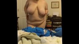 Tłuste ciałko masturbującej się niuni