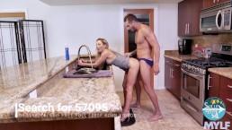 Seks na stojaka z kuszącą blondyneczką