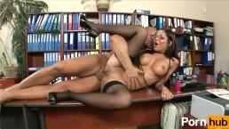 Seks na biurku z silikonową laseczką