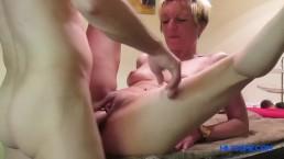 Seks na stole z dojrzałą blondyną
