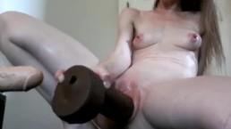 Zwariowana amatorka z gumową seks zabawką w pipce
