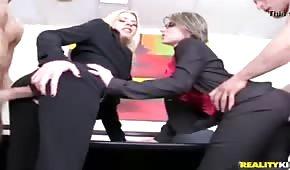 Seks w biurze z ubranymi laluniami