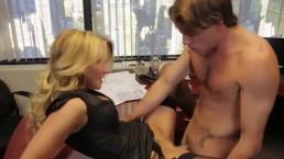 Seks w biurze z blond kotką