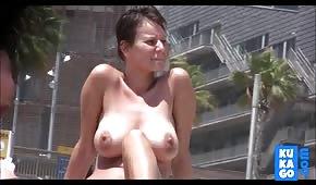Naturalna dama na publicznej plaży