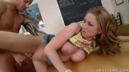 Seks w klasie z niegrzeczną uczennicą