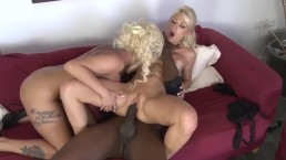 Murzynek zapina dwie blondynki