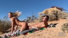 Seks na pustyni z gorącą blondynką