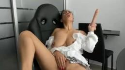 Naturalna suczka długim dildo