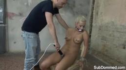 Facet pieści jej pipkę wibratorem